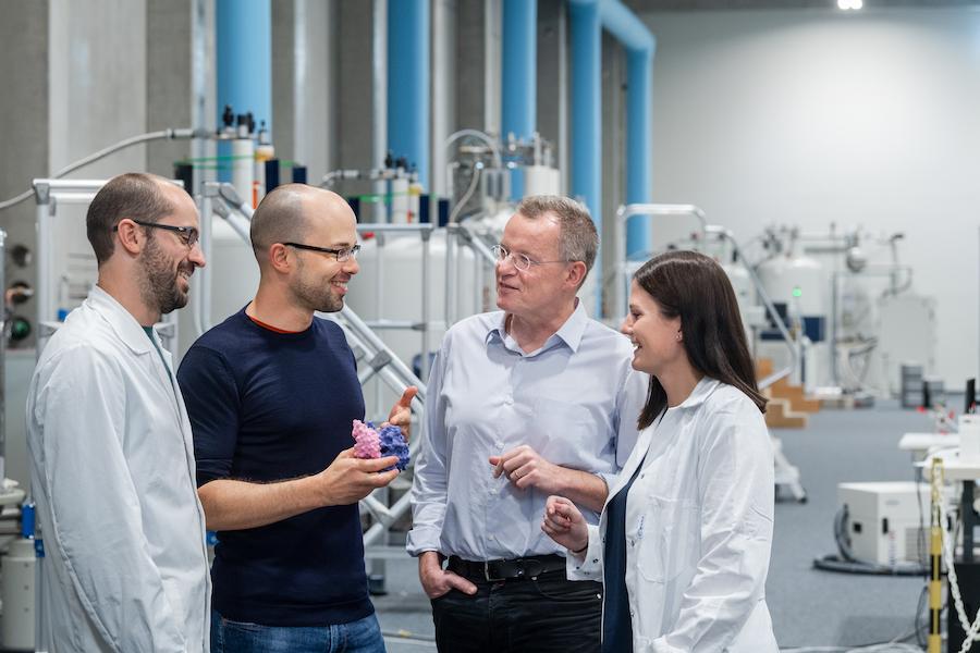 Die Forschenden Abraham Lopez, Matthias Feige, Michael Sattler und Sina Bohnacker in der Experimentierhalle des Bayerischen NMR-Zentrums