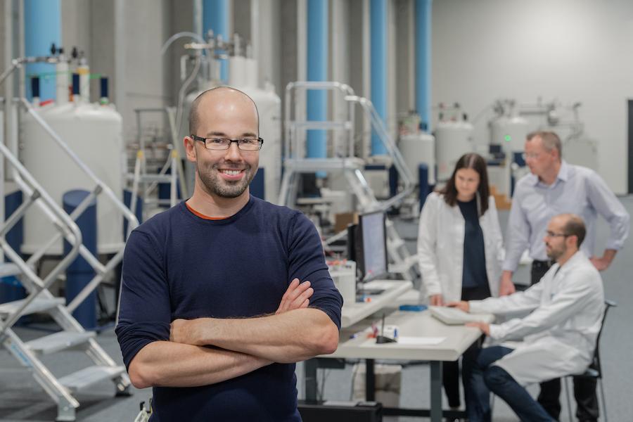 Matthias Feige, Professor für Zelluläre Proteinbiochemie, in der Experimentierhalle des Bayerischen NMR-Zentrums