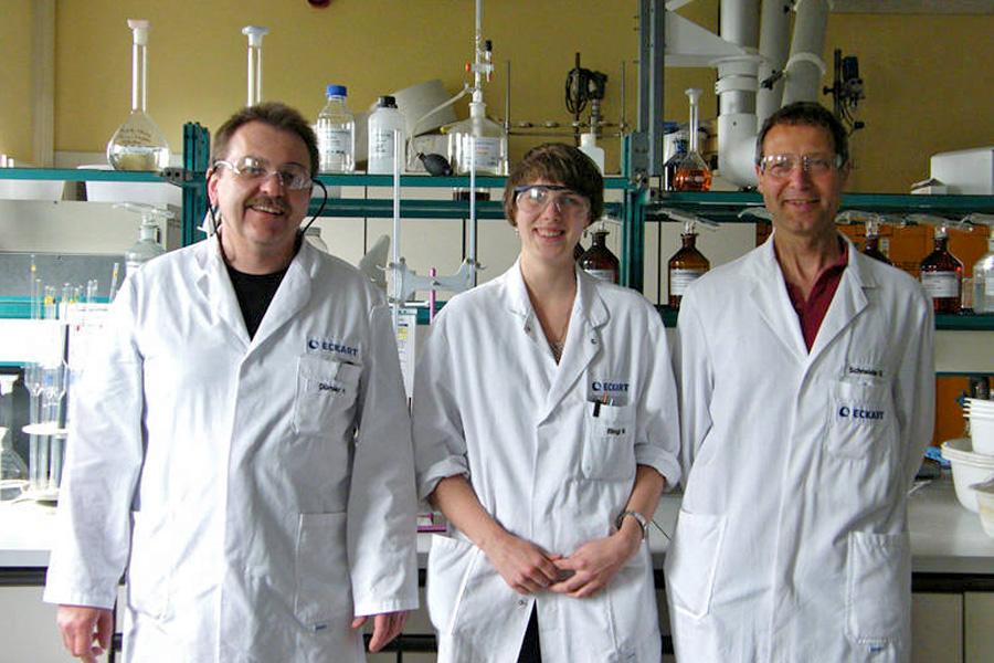 Herr Dümler (organische / anorganische Analytik, ECKART GmbH), Frau Lämmle (Stipendiatin ALTANA), Herr Schneider (physikalische Analytik, ECKART GmbH)