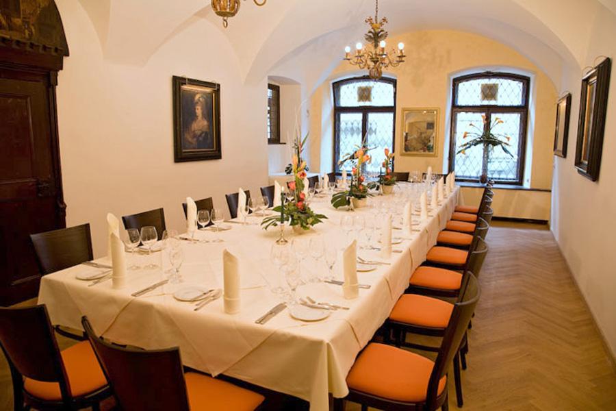 Gedeckter Tisch: Business Dinner im Weinhaus Neuner (Foto: Allianz)