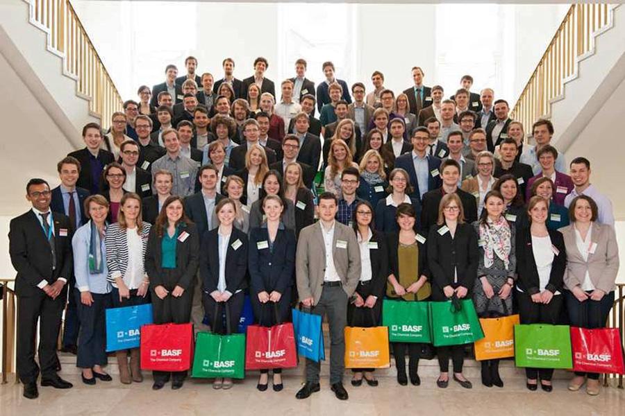 Stipendiaten und BASF-Mitarbeiter (Foto: BASF)