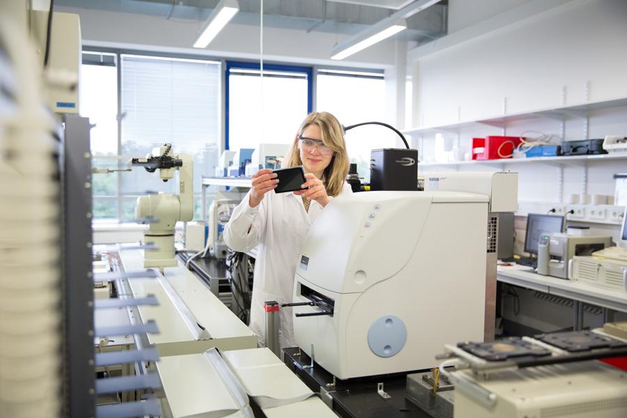 Stipendiatin Karola Gerecht im Labor (Foto: Bayer)
