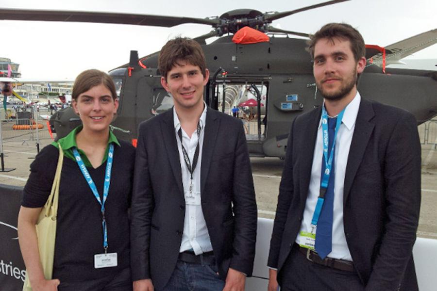 TUM Student Adrian Vogelsgesang (Mitte) mit französischen Stipendiaten bei einer Airshow in Paris. (Foto: Rene Hollmann)