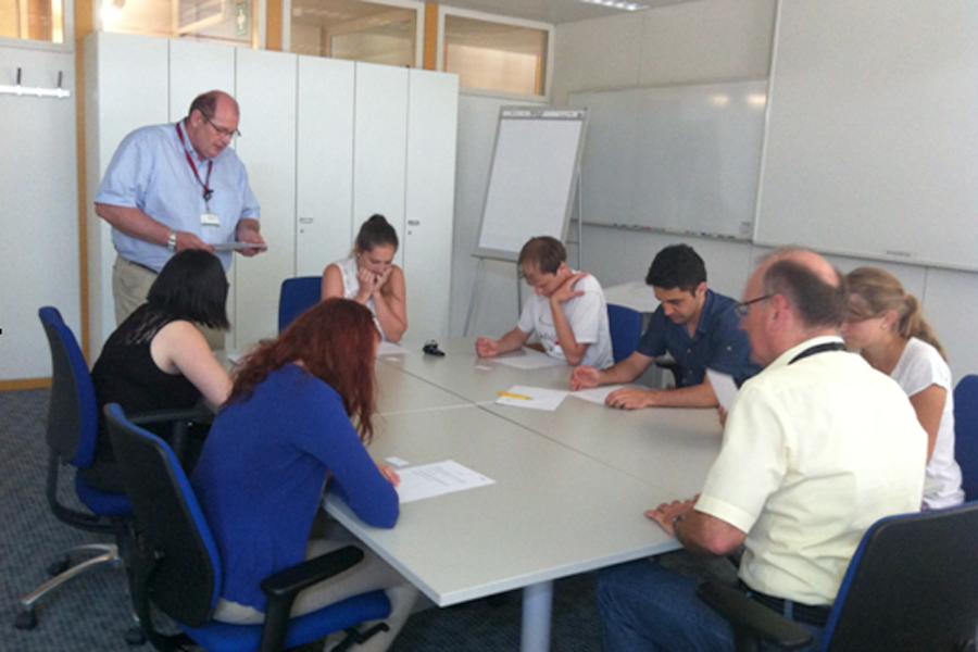 Stipendiatinnen und Stipendiaten beim IBM Entwicklungsforum (Foto: IBM)