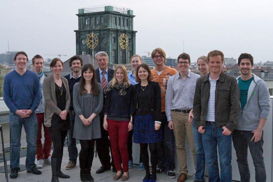 Gruppenbild auf der Terrasse des Vorhoelzer Forums (Foto: Dominik Irber)
