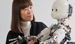 Prof. Dongheui Lee und ein Robotor mit Kindergesicht