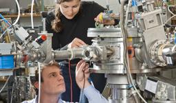 Dennis Mücher und Katharina Nowak bei Vorbereitungsarbeiten am Q3D-Magnetspektographen.