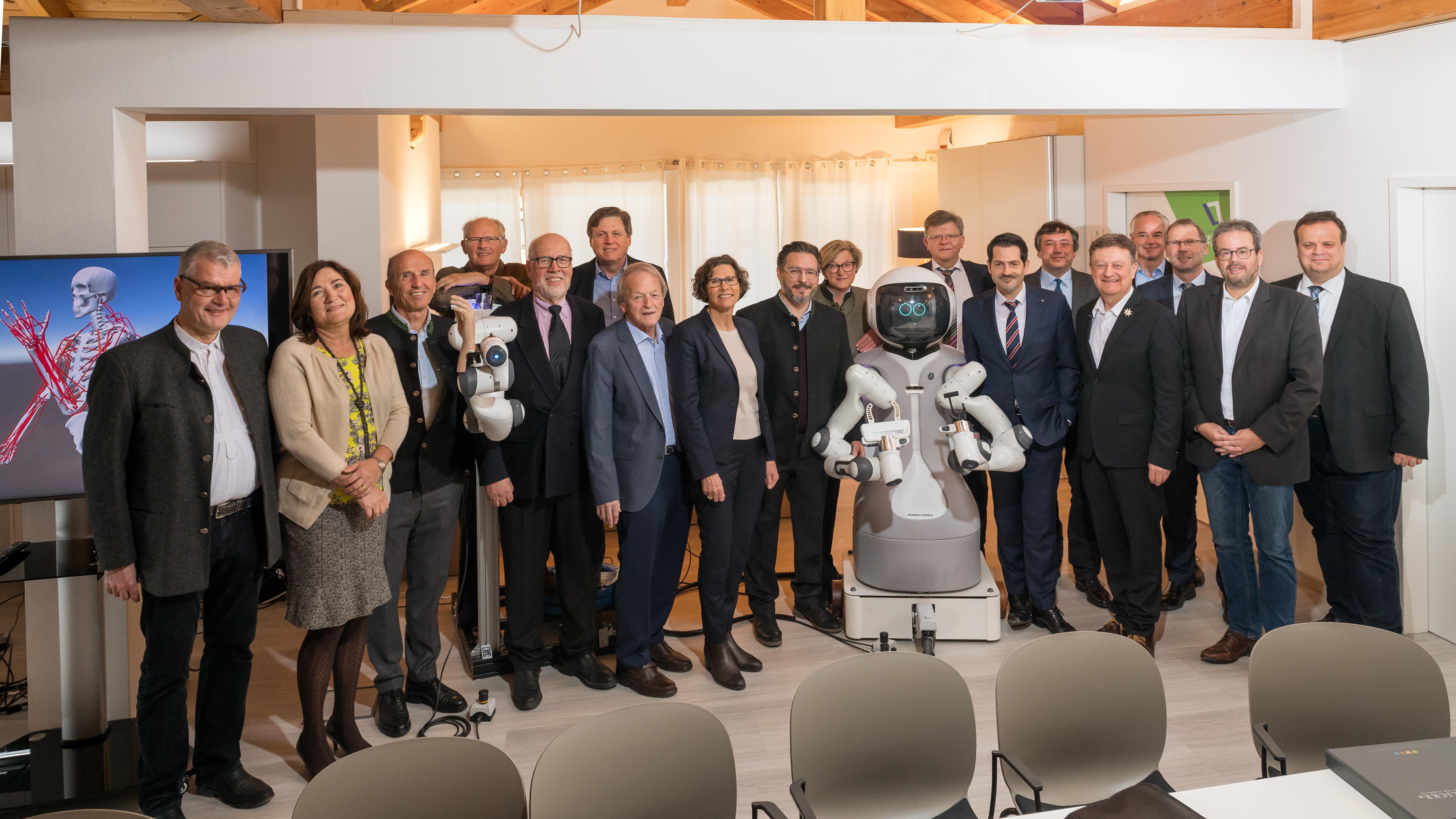Gäste beim Besuch von TUM-Präsident THomas F. Hofmann im Geriatronik-Forschungstzentrum Garmisch-Partenkirchen.