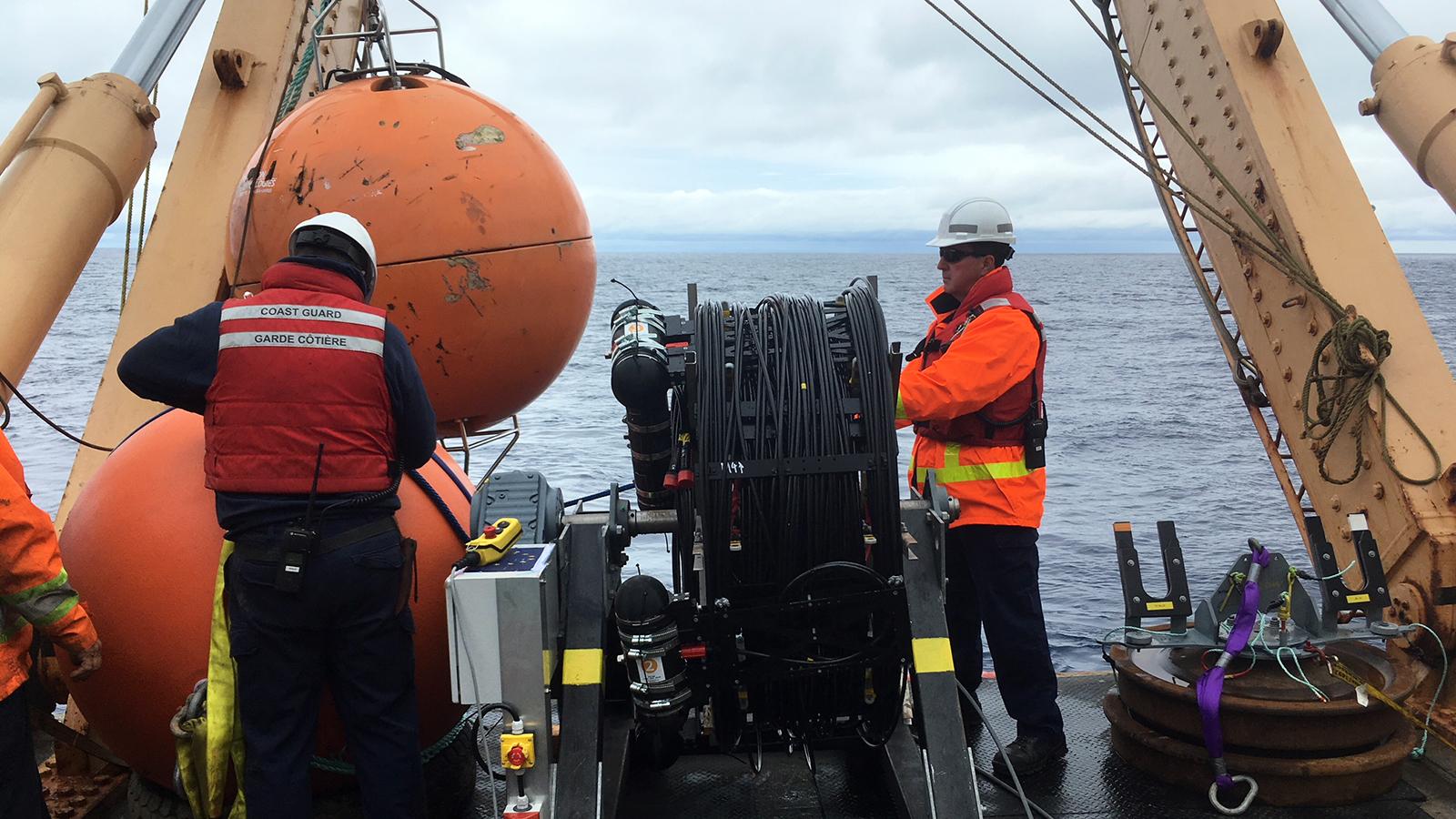 Auf der John P. Tully bereitet ein Team von Ocean Networks Canada die Verankerung des Erkundungsexperiments STRAW im Cascadia Becken im Pazifischen Ozean vor (Sommer 2018) vor.