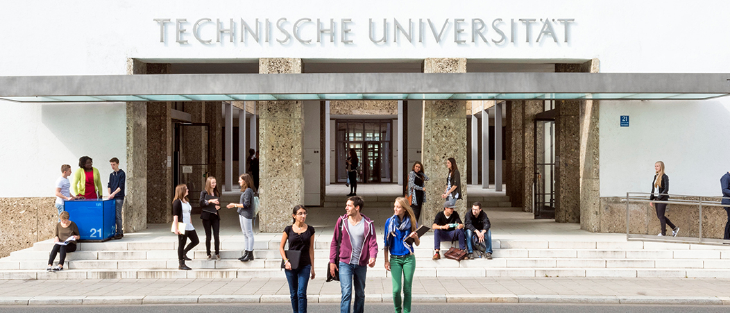 Students in front of the main entrance of the Technical University of Munich