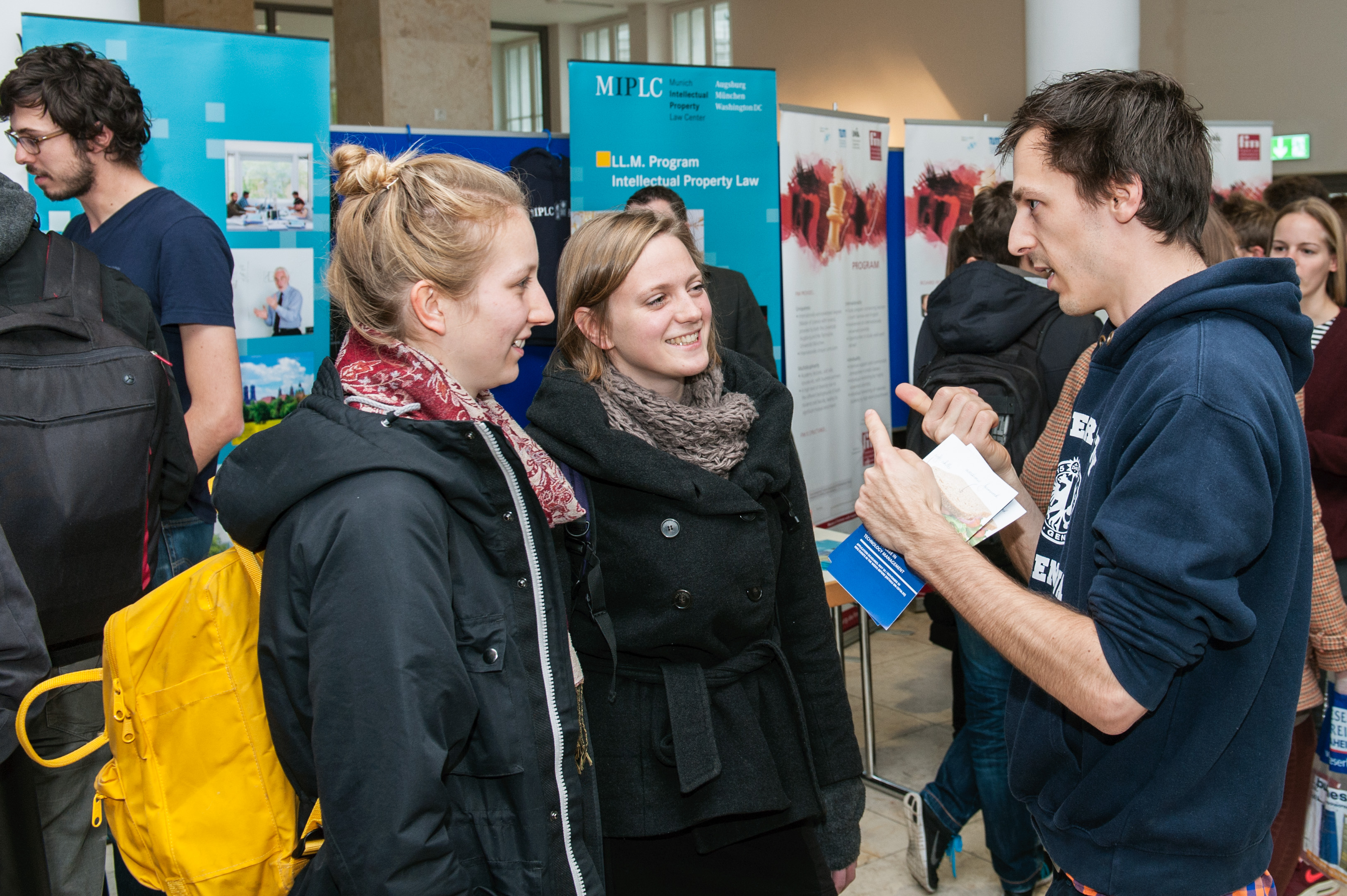 Many interested students are looking for information at the booths (Photo: Ulrich Benz)