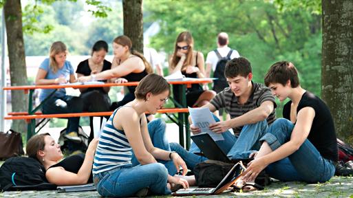 Eine Gruppe von Studenten bereitet sich auf eine Vorlesung vor.