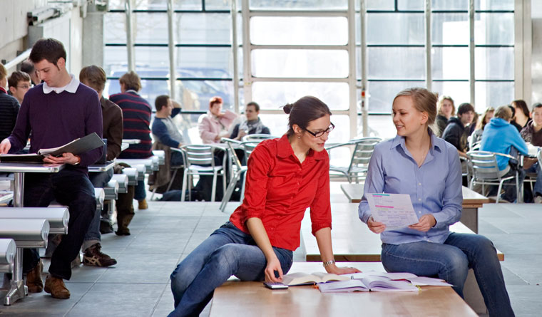 Zwei Studentinnen lernen im StuCafé beim Audimax