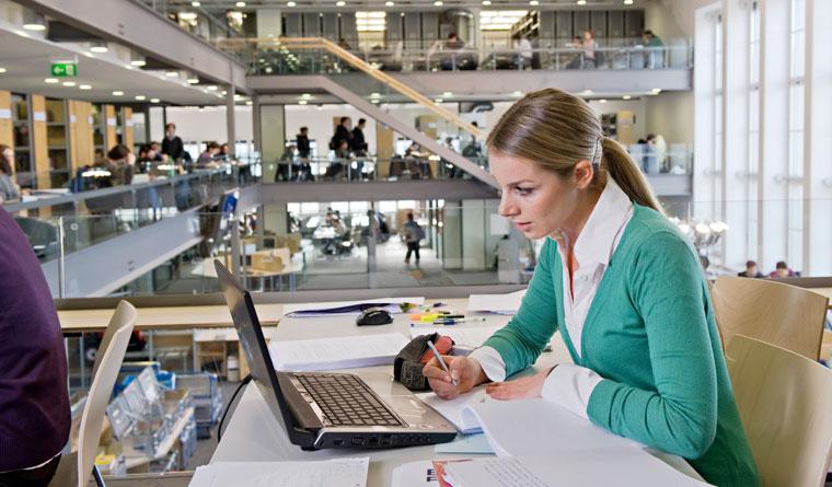 Studentin lernt in der Universitätsbibliothek der TUM
