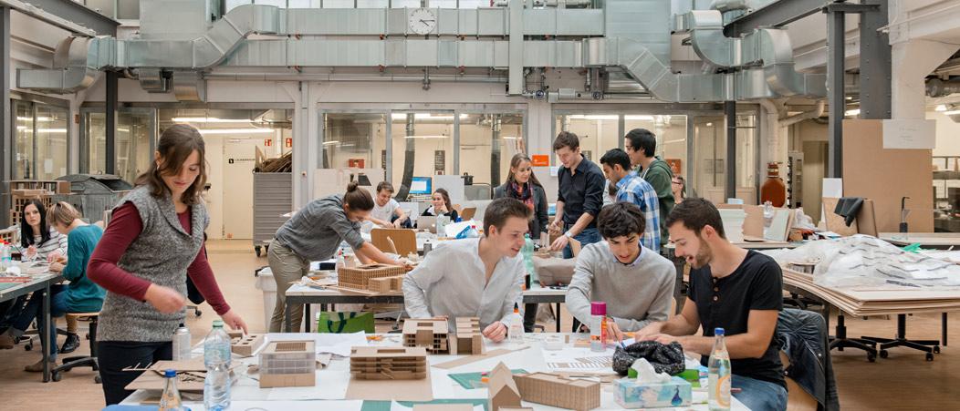 Studierende arbeiten an einem Projekt an der Technischen Universität München (TUM)