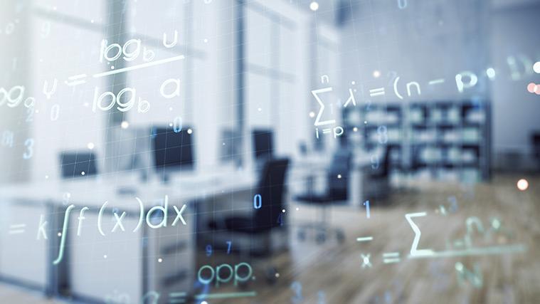 Mathematische Gleichungen auf einem das Bild füllenden Ausschnitt eines Bildschirms, in dem sich ein Computerarbeitsraum spiegelt
