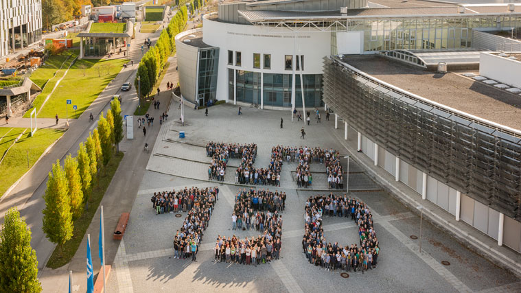 "Aerial view of students forming the letters ""TUM 150"""