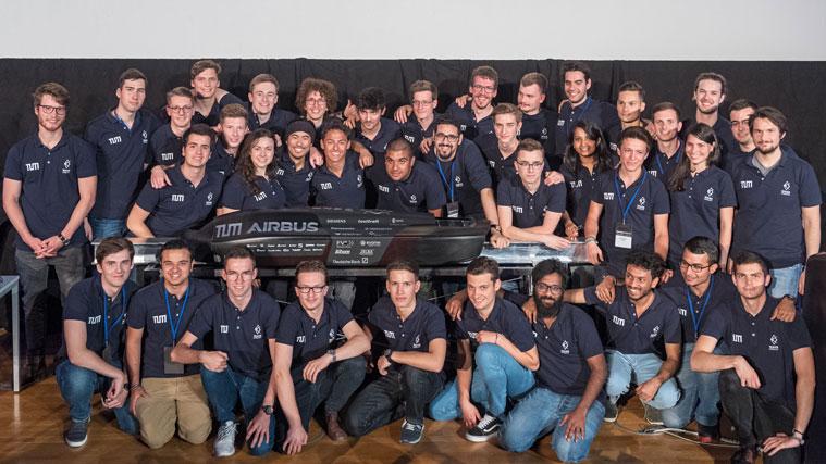Gruppenbild des Hyperloop-Teams an der TUM mit ihrem Pod