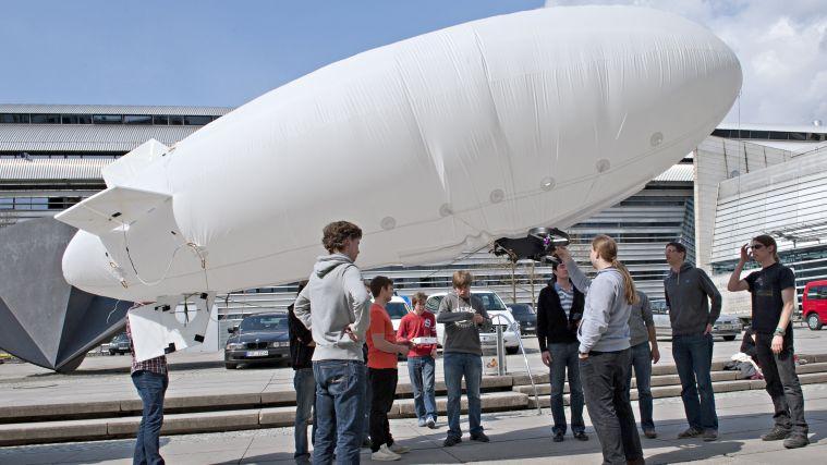 Studierende bereiten das Luftschiff für den Start vor.