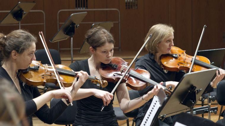 Drei Geigerinnen des Symphonischen Orchesters während eines Konzerts in der Philharmonie.