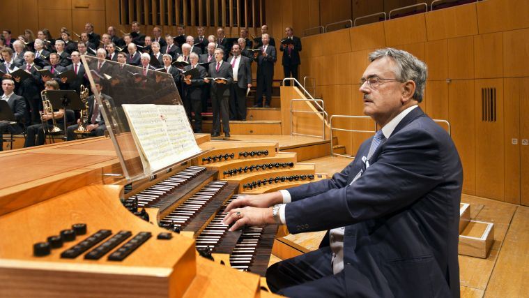 TUM's president Wolfgang A. Herrmann playing the organ.