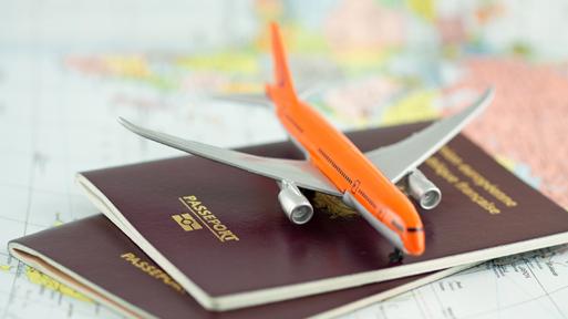 Modellflugzeug und Reisepässe