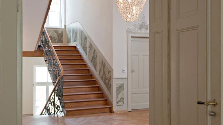 Blicks ins Treppenhaus des denkmalgeschützten Gästehauses der Technischen Universität München in Schwabing.