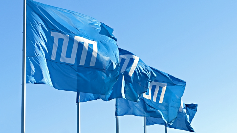 Flags with TUM logo
